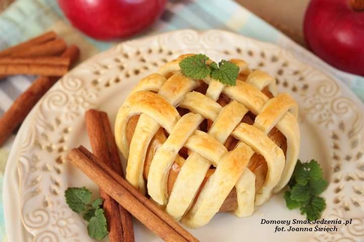 jabłka zapiekane z ciastem francuskim
