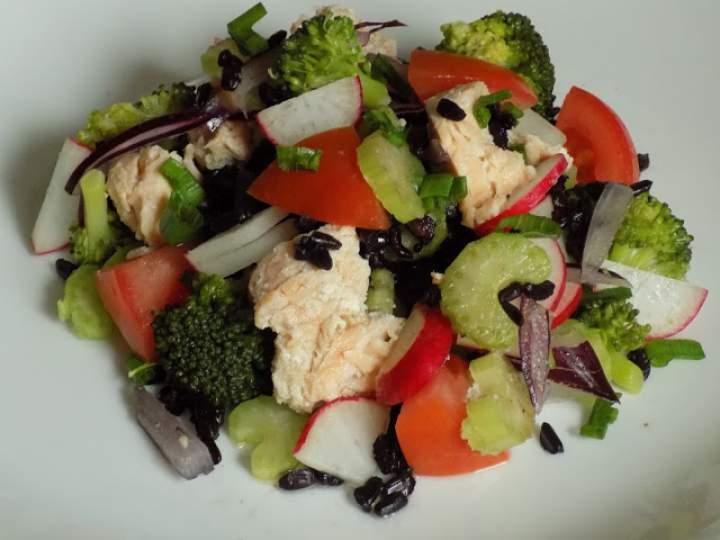 Kolorowa sałatka z łososiem z puszki