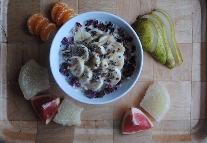 812. Quinoa z bananem, tahini, kakaowcem i płatkami róży