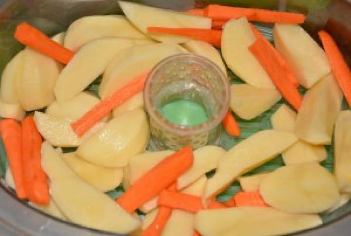 Morszczuk z limonką i natką pietruszki gotowany na parze z warzywami