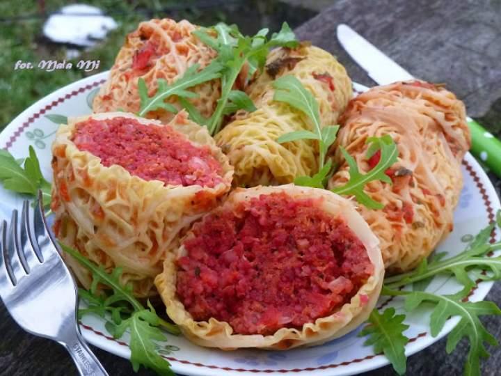 Gołąbki z mielonym, kaszą jęczmienną, pieczoną papryką i buraczkiem w sosie pomidorowym