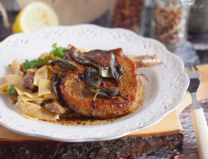 Kotlety schabowe z szałwią i makaronem z grzybami / Pork chops with sage and mushroom pasta