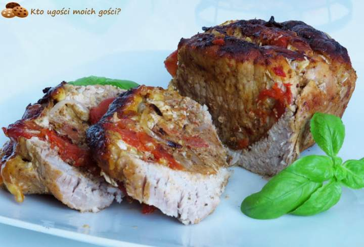 Schab pieczony – przekładany pomidorami, cebulą i serem żółtym