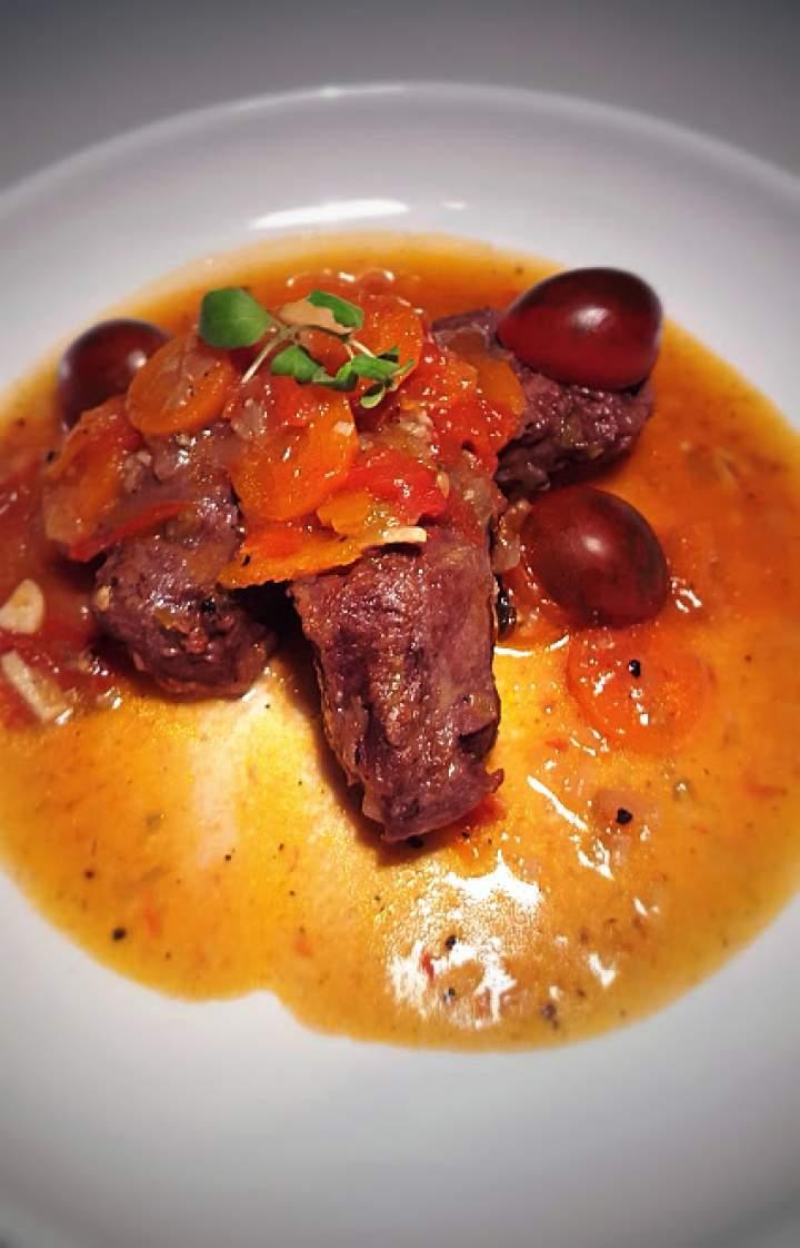 Policzki wieprzowe duszone w pomidorach i winie