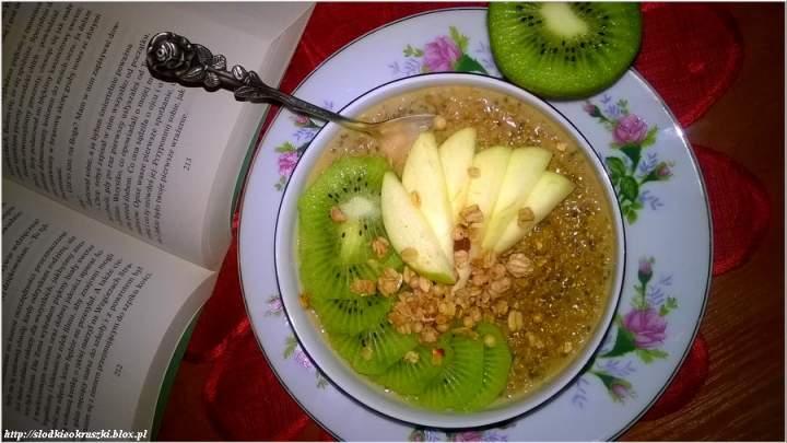 Owsianka chia z naturalną słodyczą melasy i owoców. Zdrowe śniadanie bez cukru.