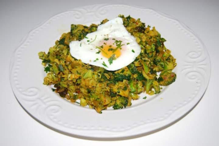 Smażony brokuł z jajkiem sadzonym