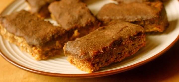 """Energetyczne, wegańskie batoniki owsiane typu flapjack w kokosowej polewie """"czekoladowej"""""""
