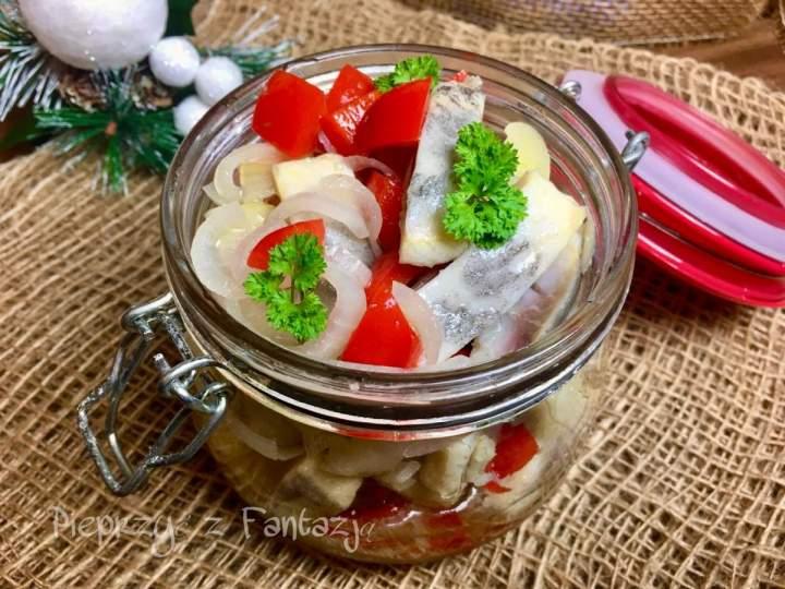 Śledzie z papryką konserwową i cebulą