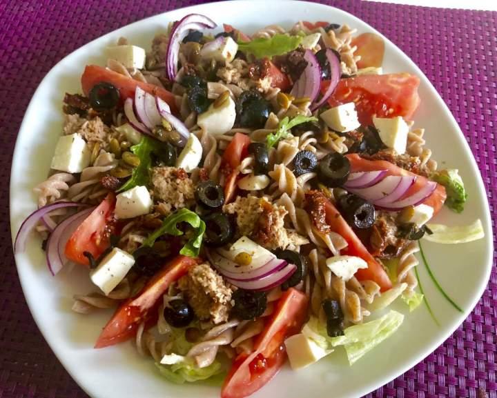 Sałatka z tuńczykiem, makaronem i mozzarellą