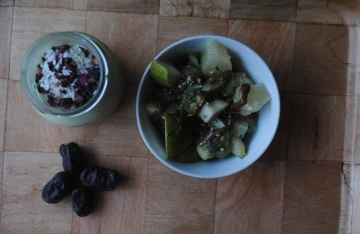 816.Kokosowy koktajl z awokado z płatkami róży i owocami