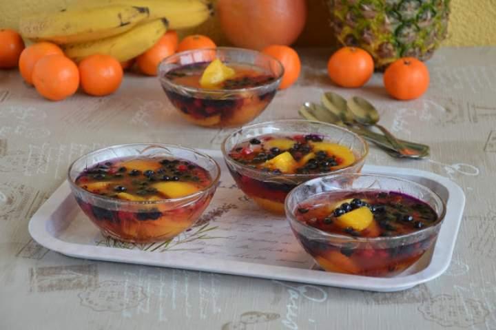 Kolorowa galaretka z owocami