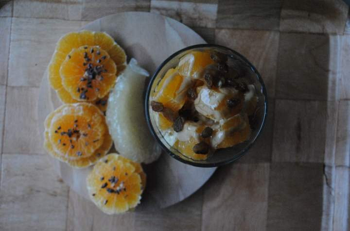 817. Kokosowy i piernikowy pudding chia z pomarańczą, tahini, miodem i rodzynkami