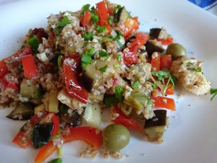 orkiszowa kasza w pożywnej sałatce z kurczakiem, suszonymi pomidorami, papryką…
