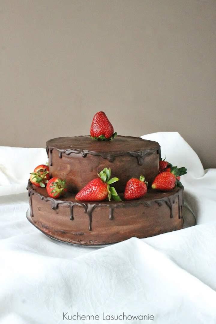 Tort czekoladowy z frużeliną truskawkową
