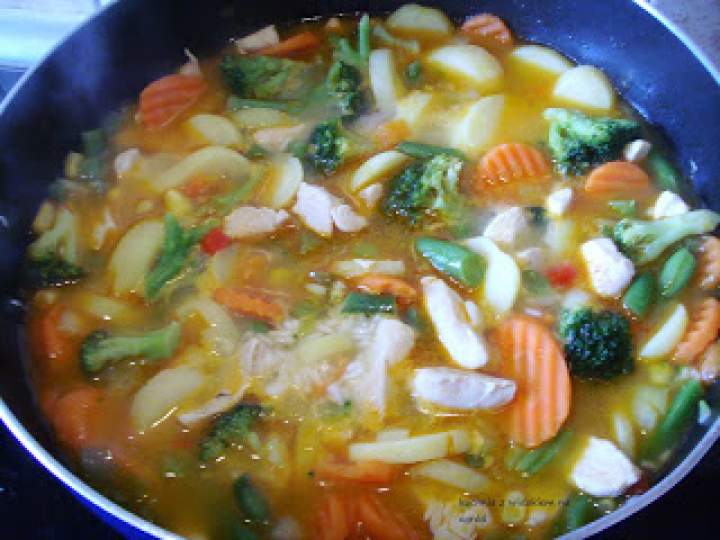 Warzywa z patelni z kurczakiem i ryżem. Ekspresowe , sycące danie.