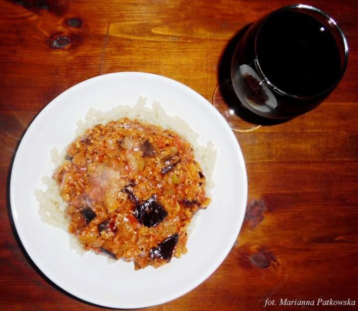 Pieczony bakłażan w sosie pomidorowo-serowym z ziołami