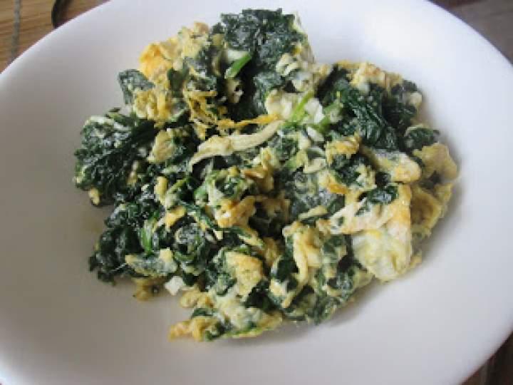 Szybkie śniadanie – jajecznica ze szpinakiem