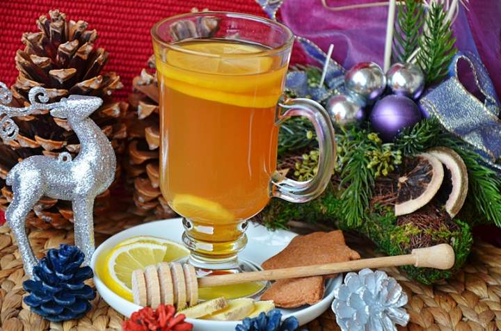 Rozgrzewająca herbata z cytryną, miodem i imbirem