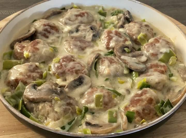 Klopsiki w sosie śmietanowo-porowym z pieczarkami