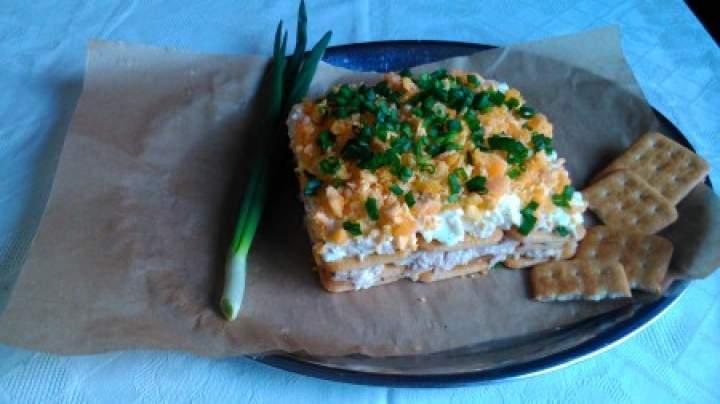 sałatka z tuńczyka na krakersach