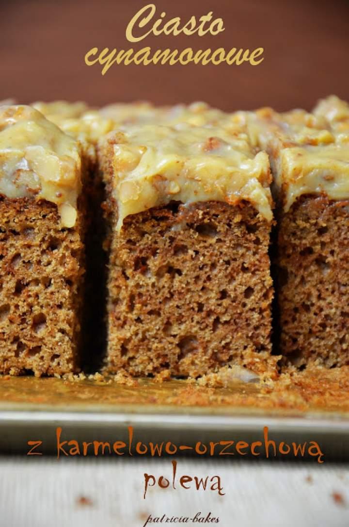 Ciasto cynamonowe z karmelowo-orzechową polewą