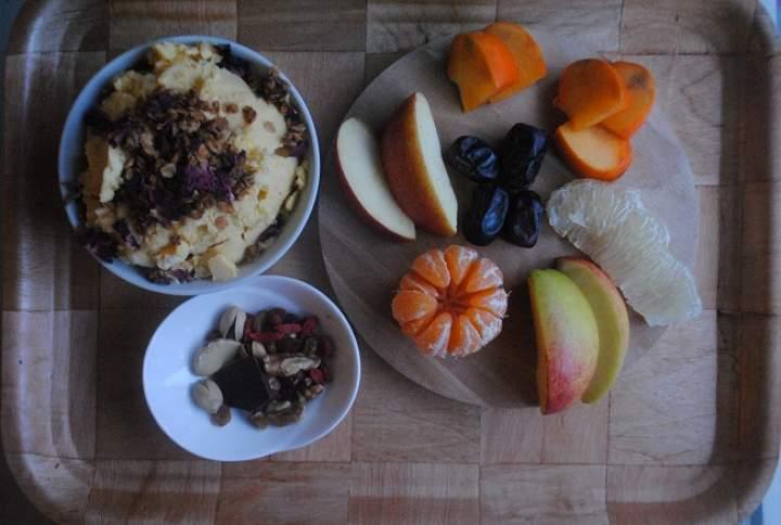 819. Jogurtowe lody z mango, owoce i bakalie