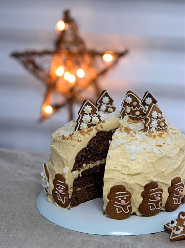 Świąteczny tort piernikowy z kremem krówkowym