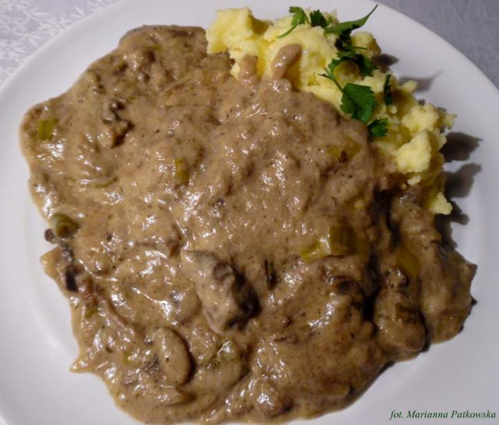 Stek w sosie pieczarkowo-porowym