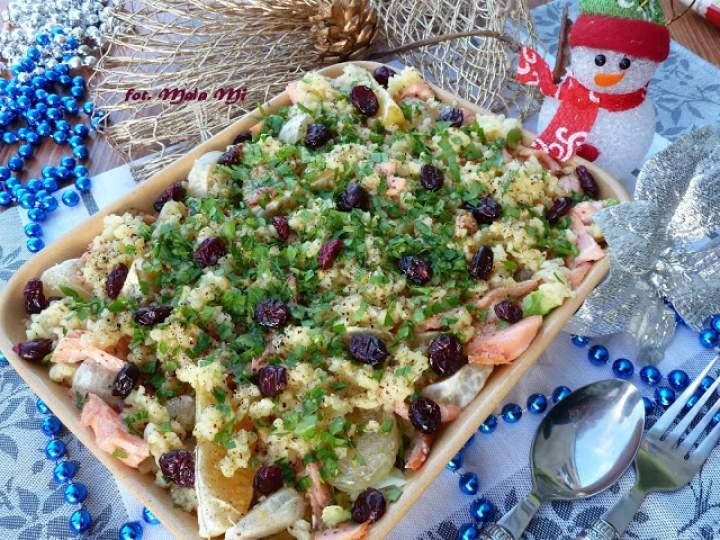 Sałatka z łososiem, zielonym grejfrutem, żurawiną, makaronem i świeżą kolendrą