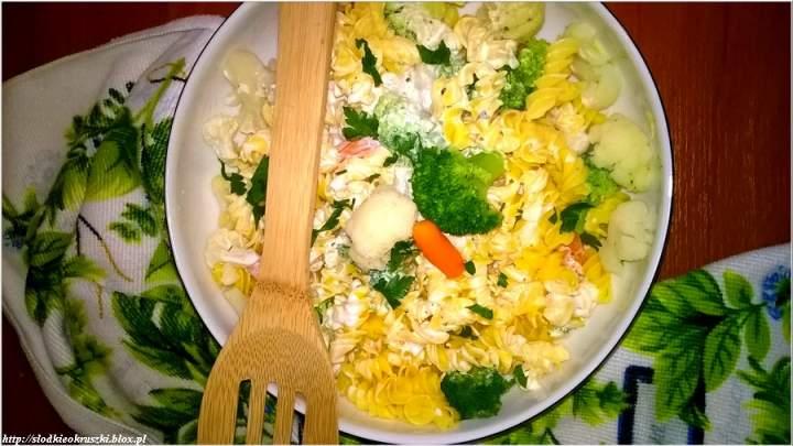 Lekka sałatka na bazie makaronu kukurydzianego z warzywami w ziołowym jogurcie.