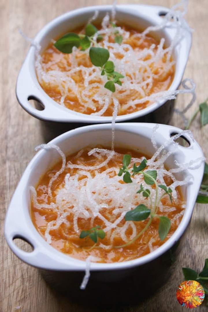 Krem z pieczonych papryk i pomidorów z uprażonym makaronem