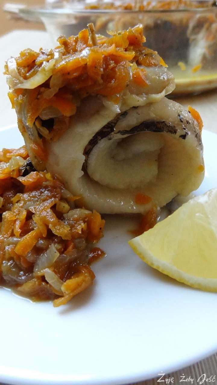 Śledź z grzybami, marchwią i cebulą na bulionie grzybowym