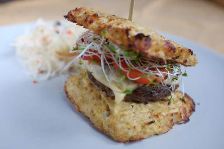 Burger w bułce z kalafiora bez glutenu paleo