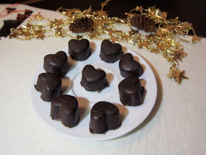 Domowe czekoladki z likierem kawowym lub płatkami chili – idealny pomysł na prezent
