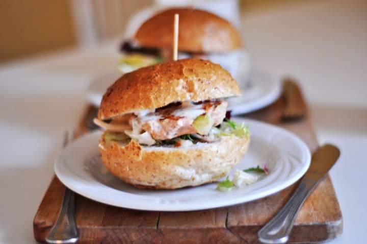 Hamburger z łososiem i sosem tzatziki
