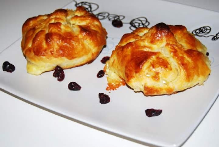 Camembert pieczony w cieście francuskim.