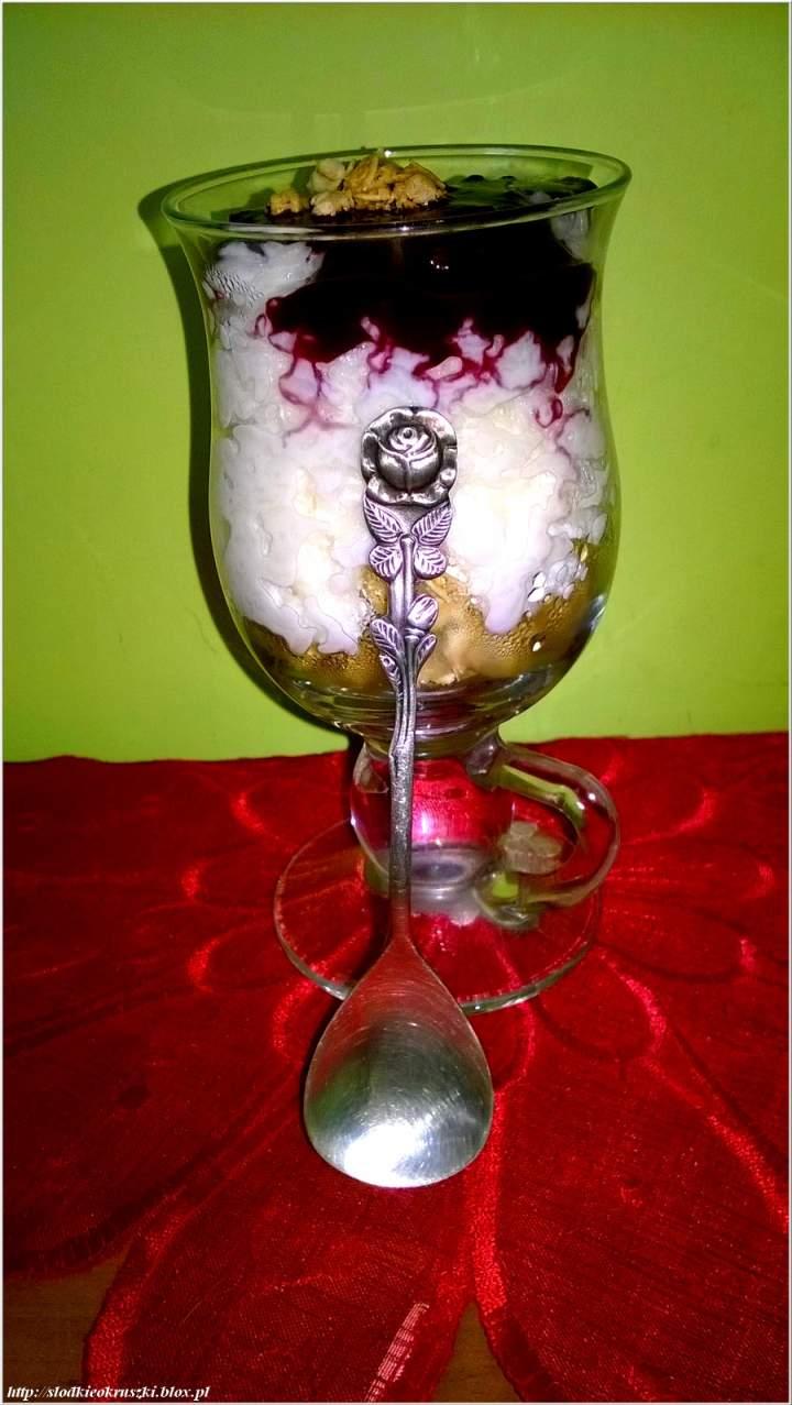 Kokosowy pucharek ryżowy z pastą jagodową i chruopiącym crunchy