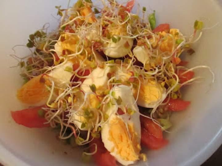 Lunchbox – dietetyczna sałatka z łososiem i jajkiem