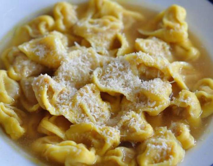 Przepis na… – Tortellini in brodo, świąteczny smak Bolonii