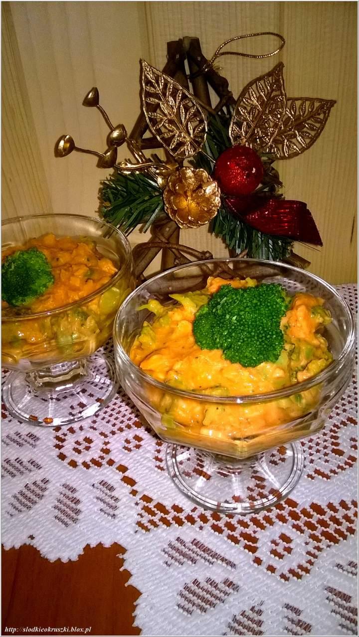 Świąteczna sałatka z pstrąga i zieleni brokułów