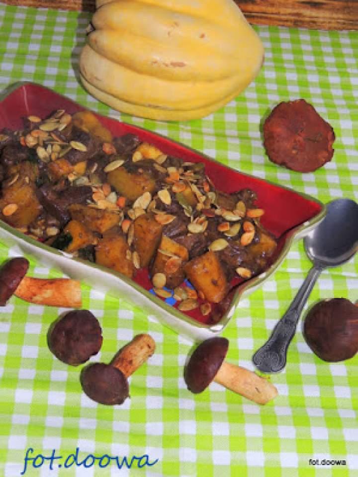 Potrawka z maślaków i białego dzika z prażonymi pestkami dyni