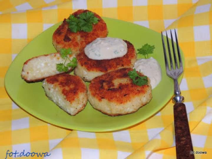 Kotlety z ziemniaków z jogurtowym, ziołowym sosem