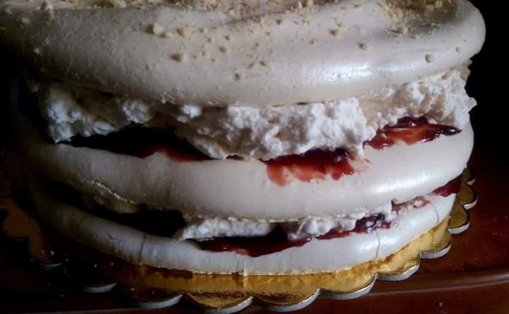 Tort bezowy z powidłami śliwkowymi i nutką cynamonu
