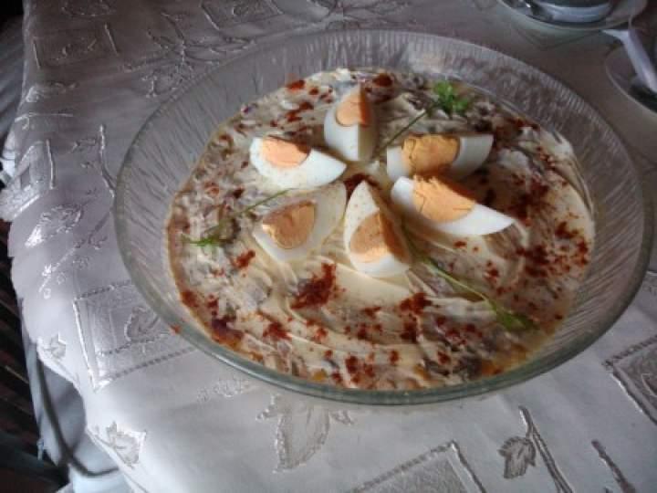 sałatka warstwowa z tuńczyk i żółtym serem
