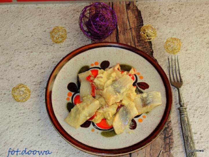 Śledzie z papryką, cebulą i jabłkiem w sosie majonezowym