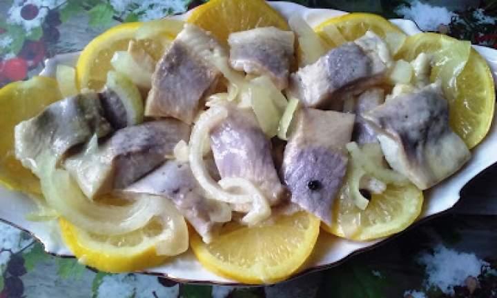 Śledź z cytryną i cebulą