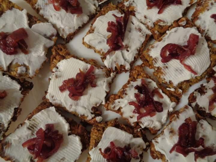 Sylwestrowe szaleństwo, czyli krakersy z dyni, z kozim serkiem i karmelizowaną cebulą