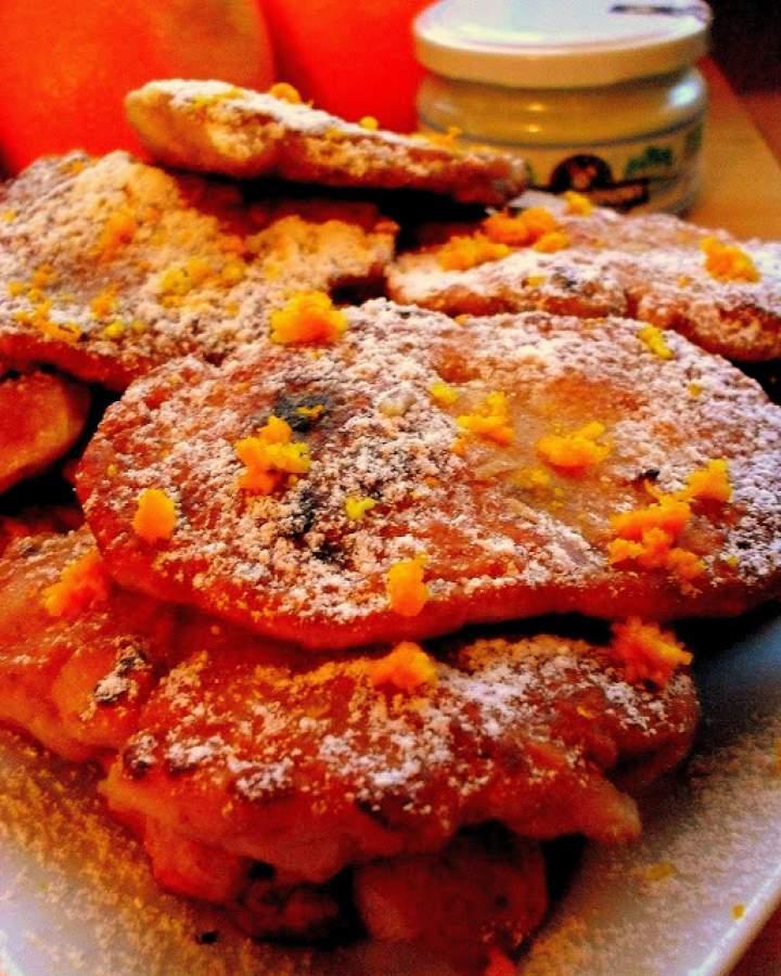 Pomarańczowe placuszki z jabłkami, czekoladą i kokosem