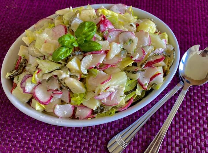 Sałatka śledziowo-warzywna z pysznym sosem