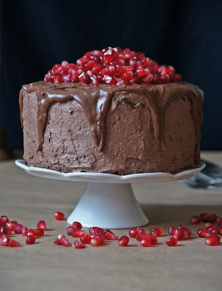 Wybuchowy tort czekoladowy z granatem i chrupiącą praliną orzechową